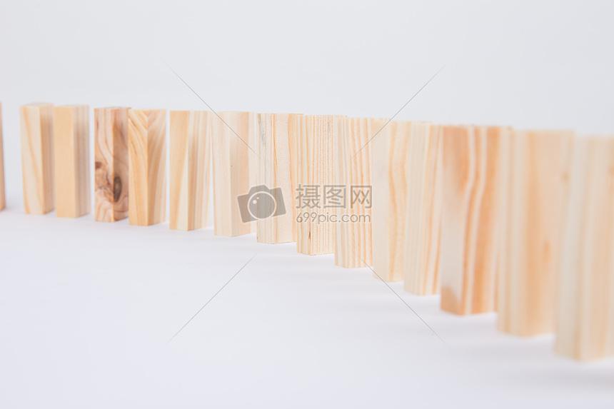 标签: 积木多诺米骨牌木头搭建木质清新文艺团队合作成功商务金融