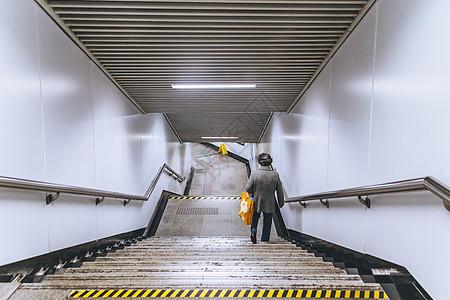 地铁站出口楼梯图片