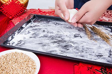 冬至过年正在制作手工饺子图片