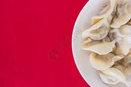 中国冬至简洁红色喜庆背景的热饺子图片