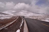 苍茫的雪山公路图片