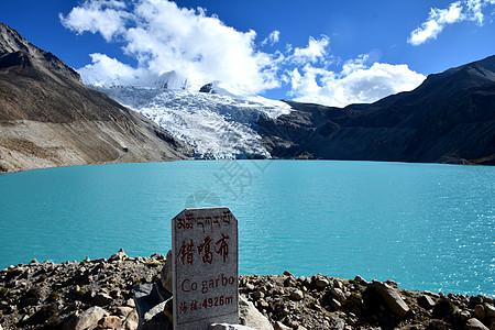 雪山脚下的碧绿明珠湖图片