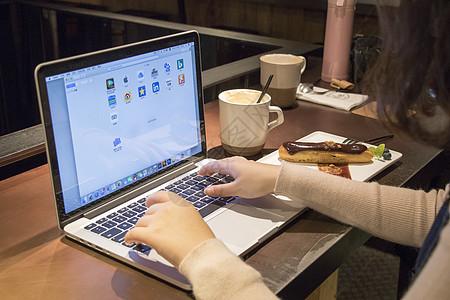 咖啡馆里使用电脑的女孩图片