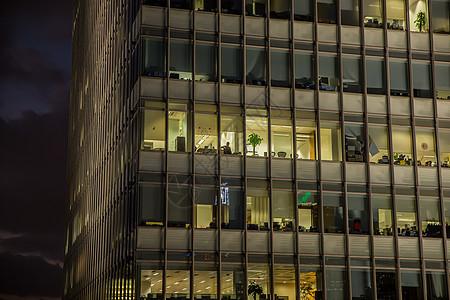 商务大厦夜晚上班工作图片