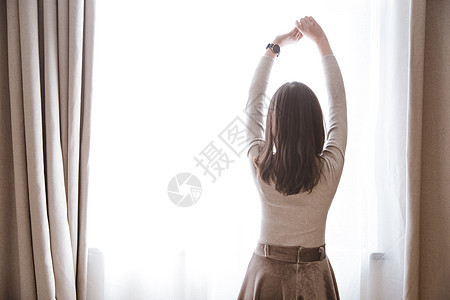 窗前美好生活女性美丽背影图片