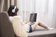 智能生活听歌用电脑的女孩图片