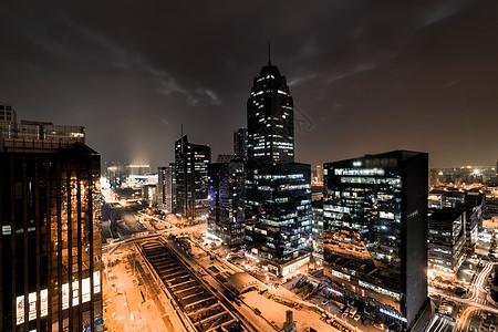 黑金色的车水马龙的城市夜景图片