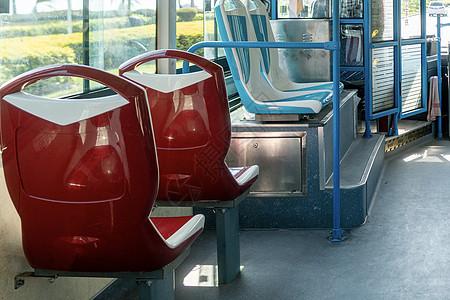 阳光下的公车图片