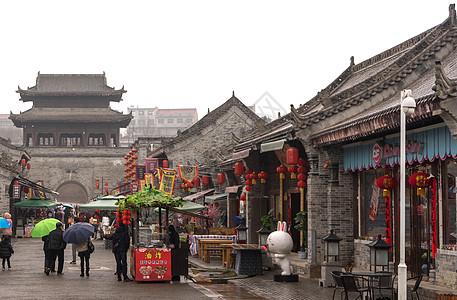 西安古城墙下的建筑图片