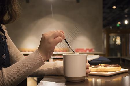 喝咖啡的女孩图片