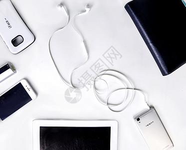 白背景上的平铺电子产品图片