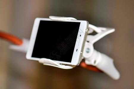 夹在支架上的手机图片