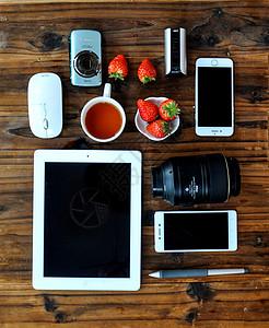 平铺拍摄的电子产品图片