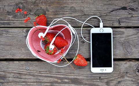 木板上的手机图片