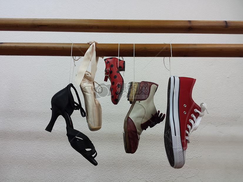 悬挂的鞋子图片