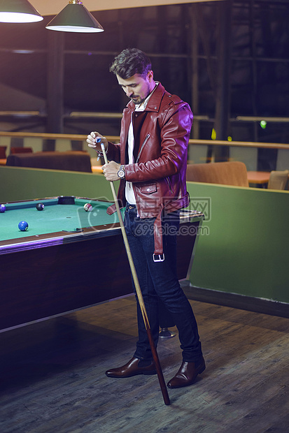 打台球的男人图片