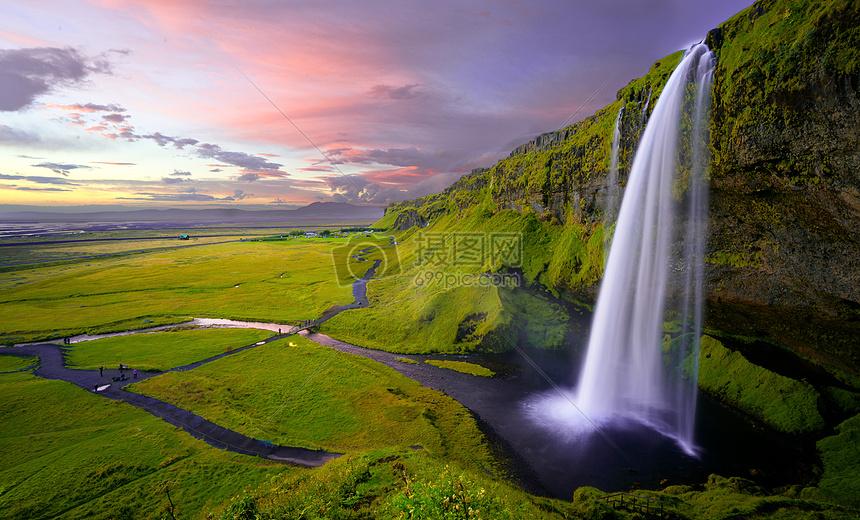 飞流直下的瀑布图片