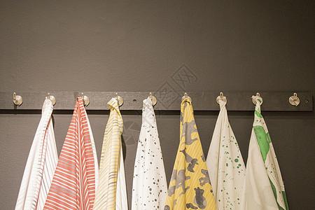 挂着毛巾的衣架图片