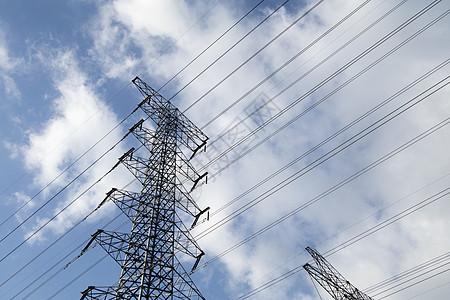 蓝天下的高架电缆图片