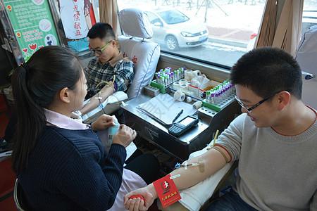 献血车上献血图片