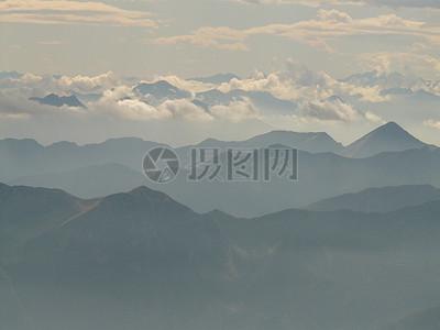 雾蒙蒙的山峦图片