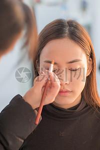正在化妆的女孩图片