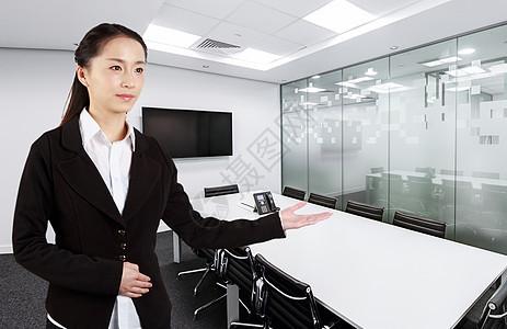 会议室里的商务办公人士图片