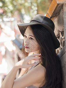 黑帽子长头发美女图片