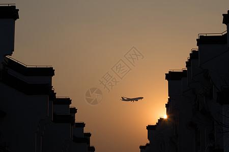 黄昏下的飞机剪影图片