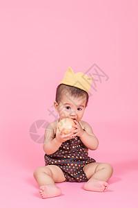 吃苹果的小孩图片