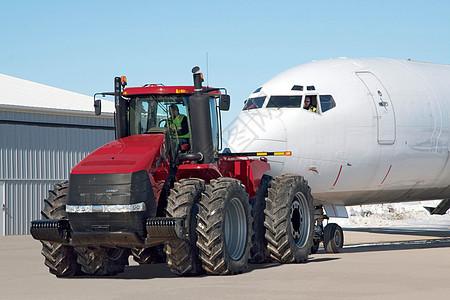 凯斯马力拖拉机拉着飞机图片