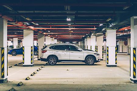 地下停车场SUV图片