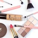 桌上的美妆产品图片