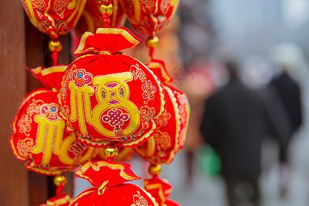 中国春节街头福袋背景虚化图片