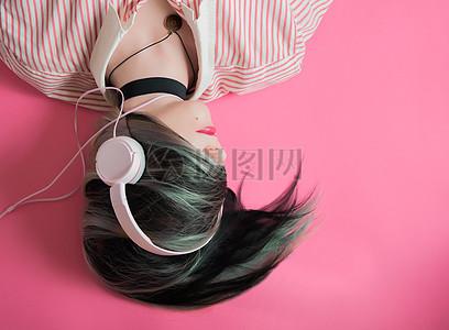 戴着耳机听歌的女人图片