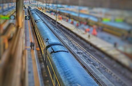 绿皮火车即将出站驶向远方图片