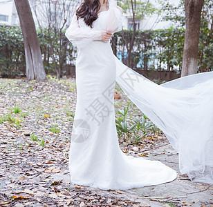 室外清新穿白色婚纱的女人图片