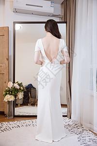 镜子前白色礼服知性女人图片