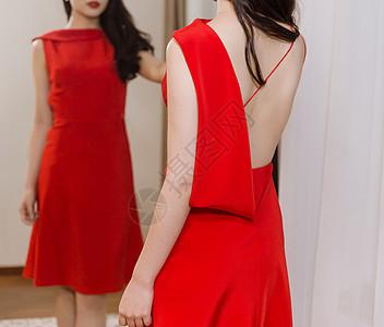 穿红色礼服女人在镜子前图片
