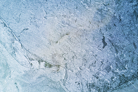 航拍镜头下冬季的结冰湖面图片