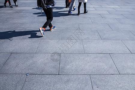城市旅游游客走路影子图片
