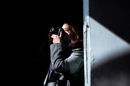 清新文艺美女摄影师在拍照图片