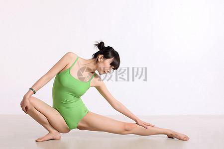 做瑜伽的女孩图片
