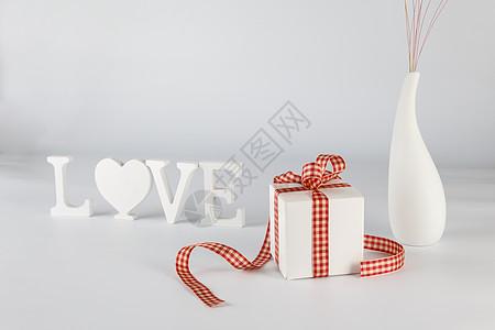 情人节礼物盒LOVE立体字花瓶在白色背景上图片