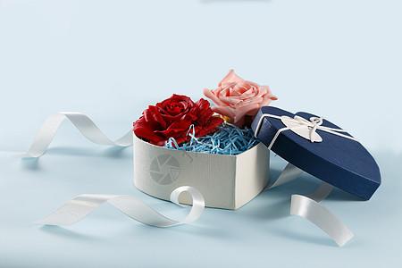 情人节爱心礼盒缎带红色粉色玫瑰花在浅蓝色背景上图片