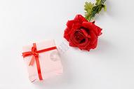 情人节礼物盒在白色背景上图片