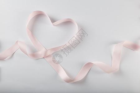 情人节粉色爱心缎带在白色背景上图片