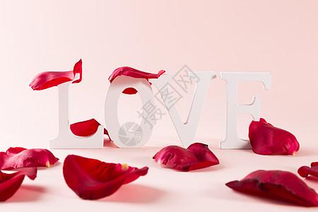 情人节玫瑰花花瓣LOVE字母背景图片
