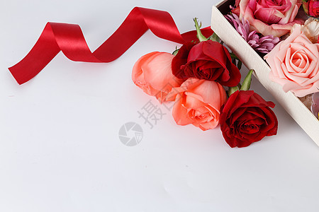 平铺的玫瑰花和丝带图片