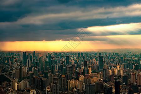透过乌云的暖光照耀整个城市图片